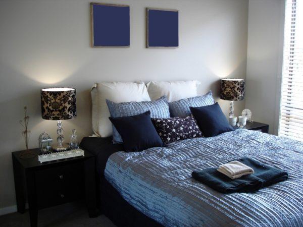 Синий цвет в сочетании с серым в спальне