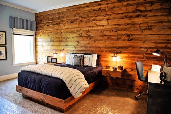 Деревянная стена в спальне-кабинете