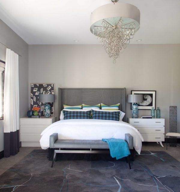 Светильники и люстра в интерьере серой спальни