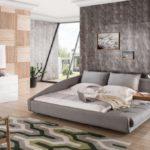 Серая спальня с отделкой деревянными панелями