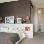 Спальня со стеной графитового цвета