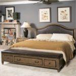 Спальня с настенными панно
