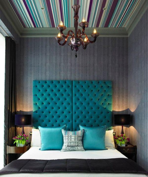 Спальня с натяжным потолком в разноцветные полоски