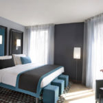 Серый и бирюзовый в оформлении спальни