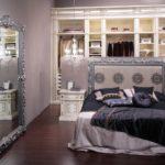 Женская гардеробная за спинкой кровати
