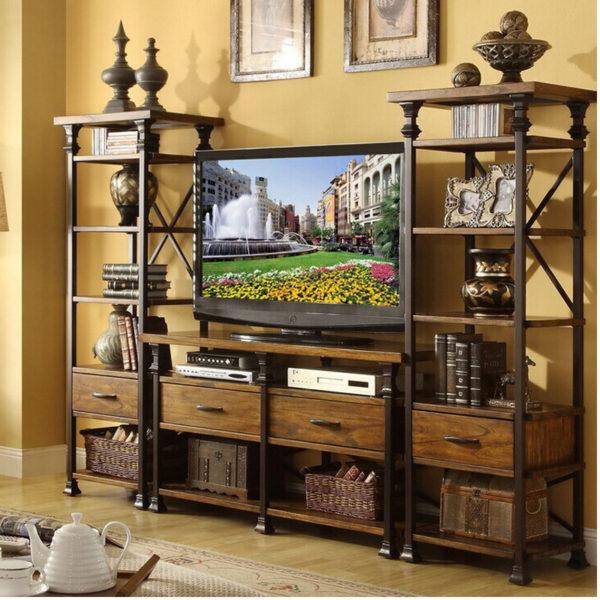 Телевизор в гостиной стиля кантри