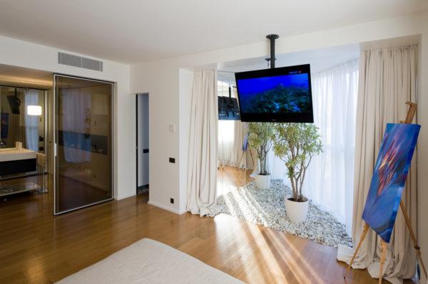 Телевизор на потолочном кронштейне