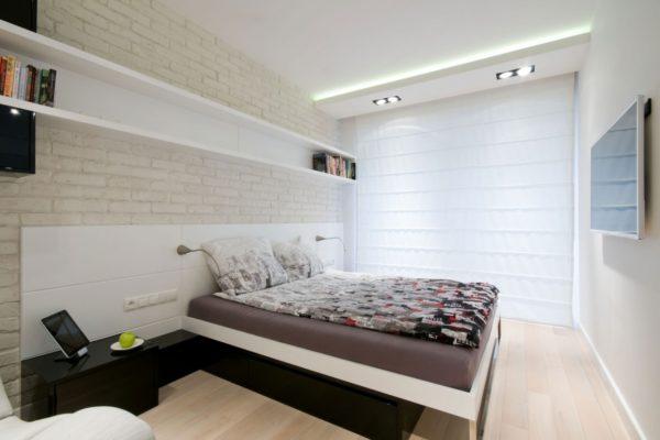 Телевизор в минималистичной спальне
