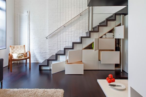 Выдвижные ящики под лестницей