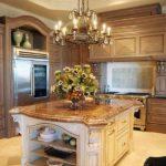 Подвесная люстра в интерьере кухни