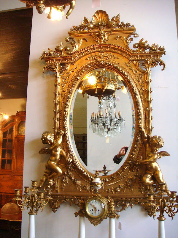 Роскошное настенное зеркало в резной раме