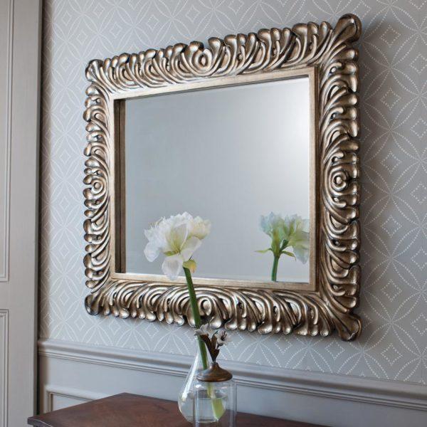 Изящный вариант настенного зеркала правильной геометрической формы