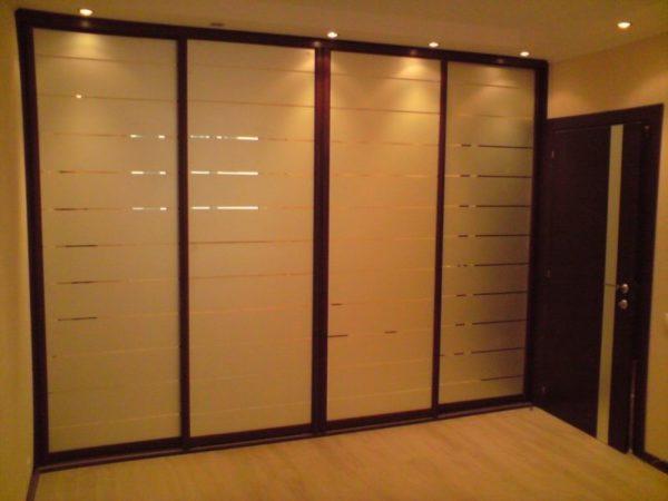 Лаконичная мебель с зеркальными фасадами
