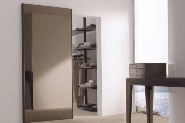 Зеркальная дверь в кладовку-гардеробную