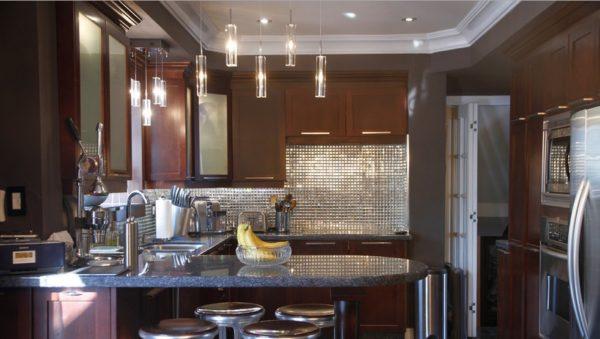 Зеркальная мозаика в интерьере кухни