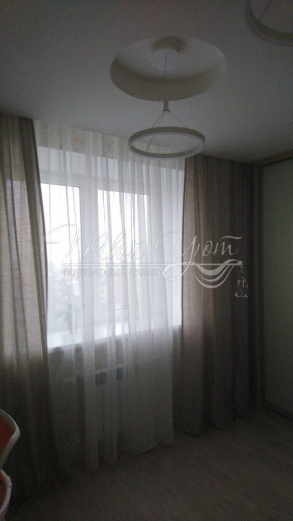 Стильные легкие шторы на кухонном окне